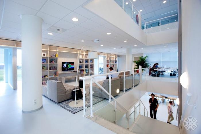 de transparantie in het gebouw gevels van glas open trap en