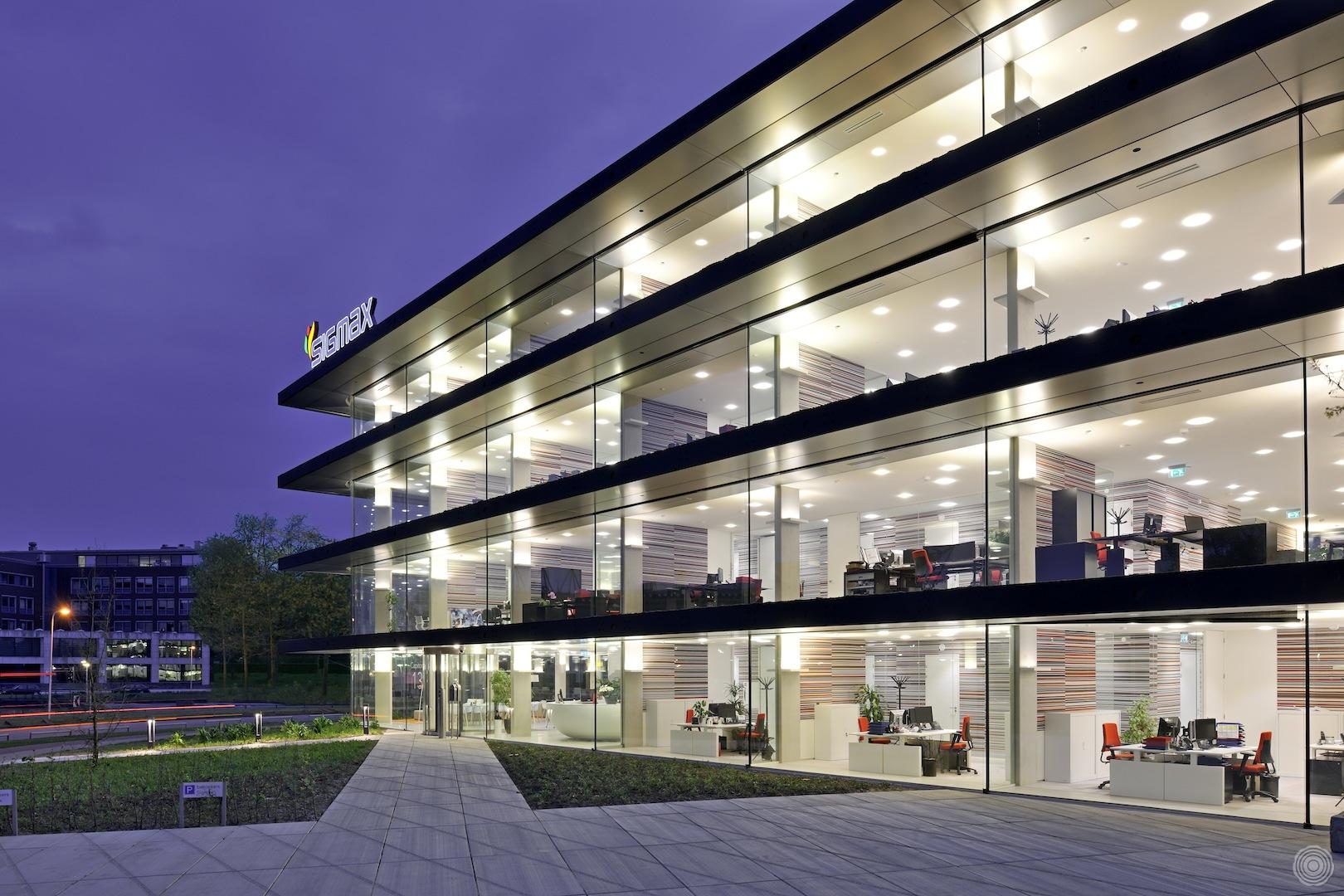 een krachtig architectonisch gebouw met een gestroomlijnde v